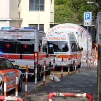 Genova, coda di ambulanze al San Martino, effetto delle chiusure per coronavirus