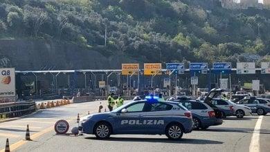 Coronavirus, sbarramento della Polstrada  al casello autostradale di Genova Ovest