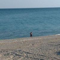 Loano, prende il sole e fa il bagno in mare, multato