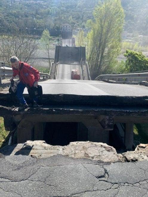 Il ponte crollato ai confini tra Liguria e Toscana
