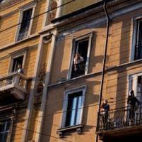 Coronavirus, ad Albenga si teme l'arrivo dei lombardi: la ronda è sul balcone