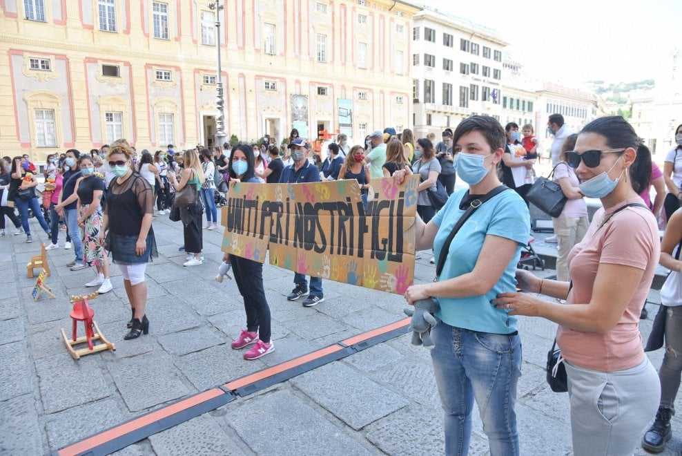 """La protesta delle mamme davanti alla Regione: """"Bambini dimenticati"""""""