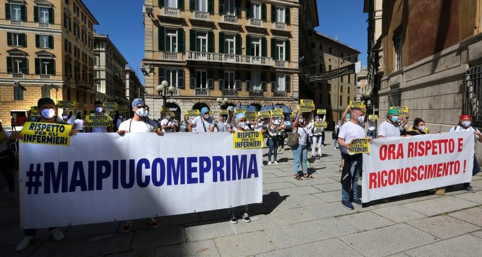 Genova, infermieri in piazza