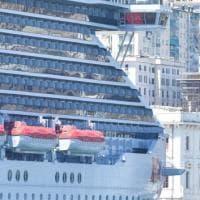 La nave della Virgin Scarlet Lady a Ponte dei Mille