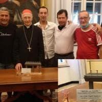 Gli operai di ArcelorMittal donano una scultura al cardinal Bagnasco