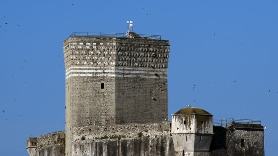 """Lerici in rivolta: """"Via le antenne dal castello duecentesco, è uno sfregio"""""""