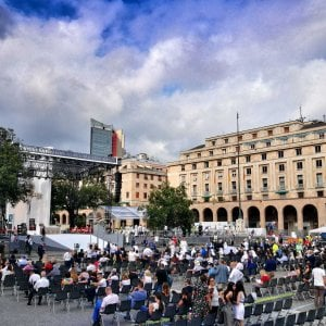 Folla per la messa del nuovo vescovo di Genova