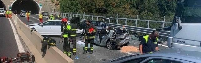I ncidente con sei auto e un tir, chiusa  per ore l'A12 verso Genova