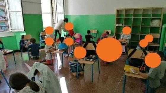 Scuola, a Genova i bambini in ginocchio usano le sedie come banchi