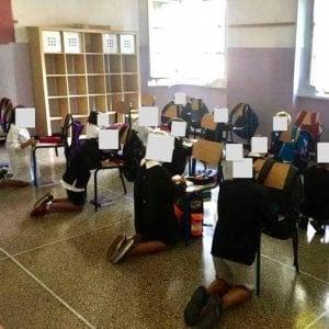 Genova, bambini in ginocchio a scuola per scrivere sulle sedie, arrivati i banchi, ma infuria la battaglia politica