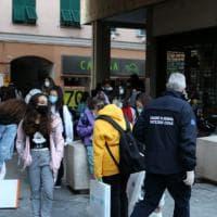 Genova, i controlli anti assembramento davanti alle scuole