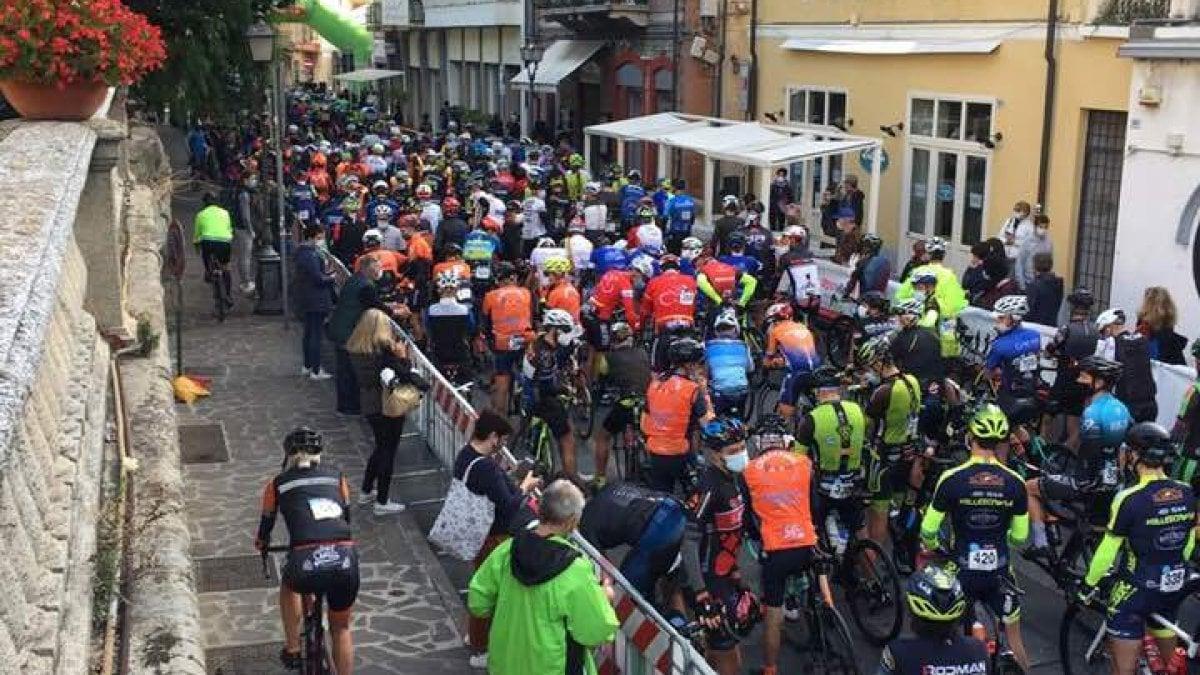 162917032 f3cfa0e9 e3c9 403d a303 460d5006cc99 - Alassio, la foto dei ciclisti assembrati scatena la polemica su Facebook