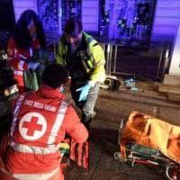 Auto travolge ragazzi e fugge: tre feriti gravi fra cui una donna incinta rimasta...