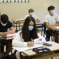"""L'appello di 600 medici italiani: """"Mascherine per gli  studenti sempre, anche quando sono..."""