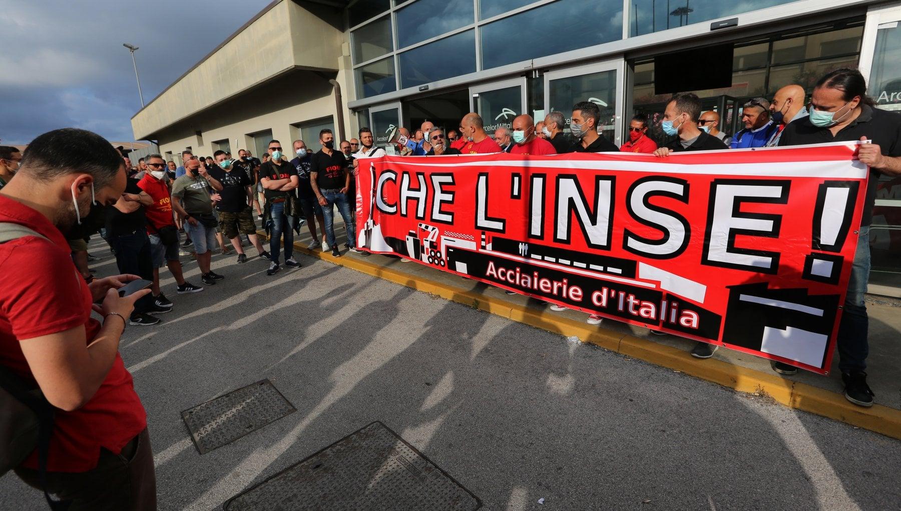 Ex Ilva, secondo giorno di protesta, bloccate via Cornigliano e strada Guido Rossa, uno striscione contro il governo