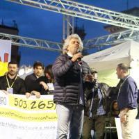 Milano, Grillo riempie piazza Duomo con Dario Fo