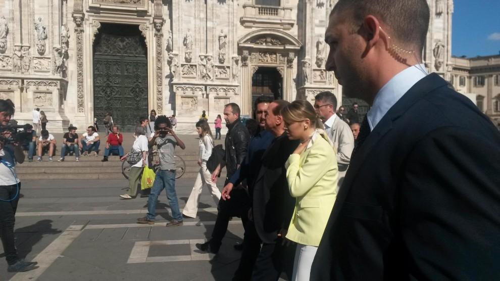 Milano, passeggiata in centro per Berlusconi e Pascale