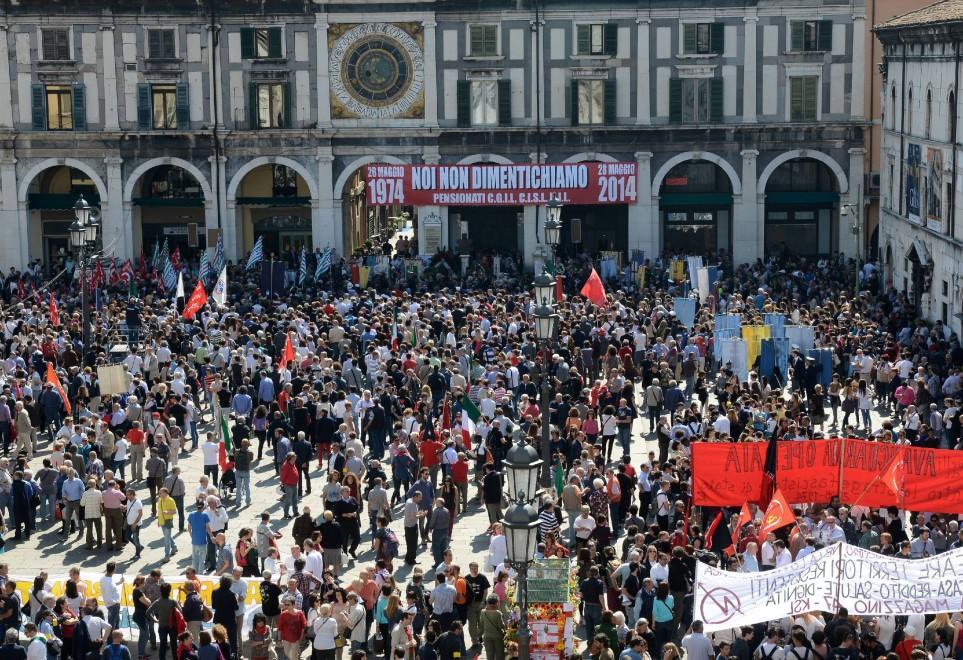 Brescia ricorda in piazza della Loggia i morti nella strage