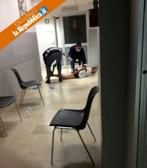 Monza, foto shock in commissariato: mani e piedi legati
