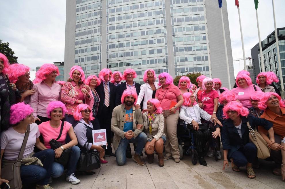 Milano, 300 parrucche rosa contro il tumore al seno