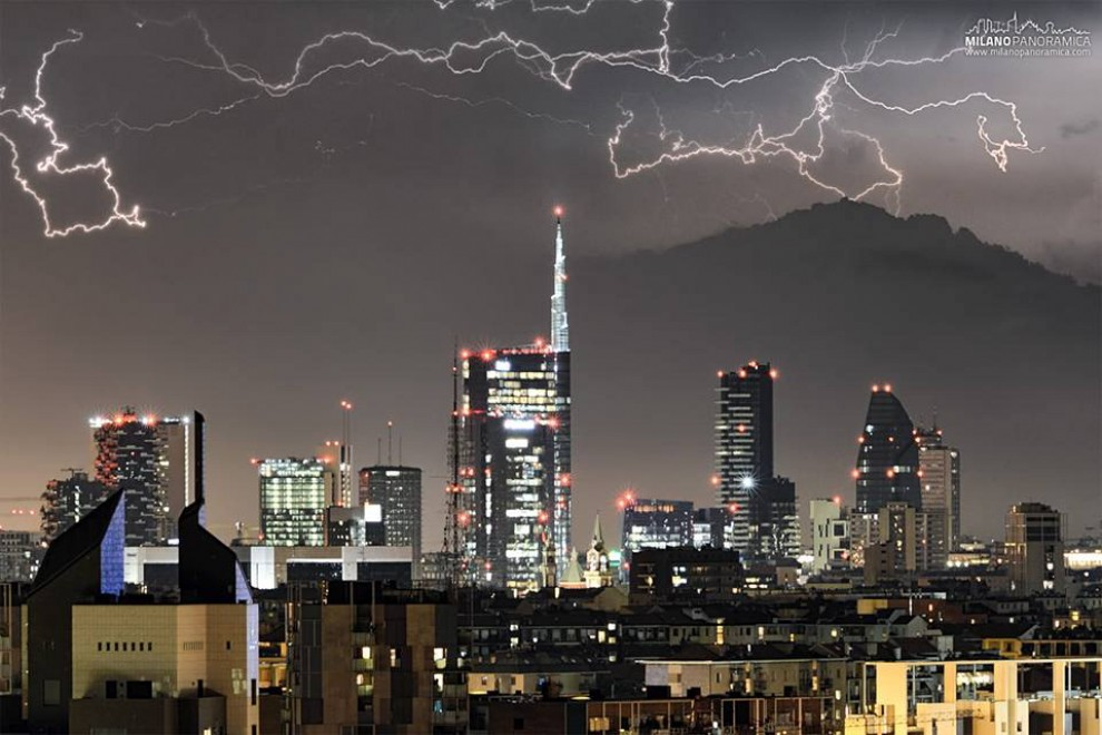 Maltempo, lo show dei 6 fulmini che illuminano Milano