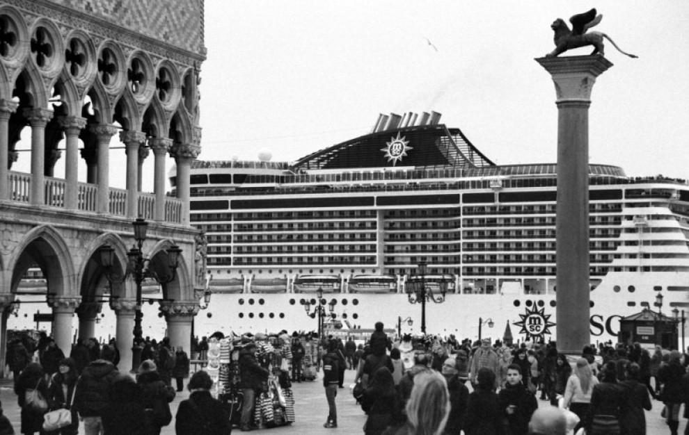 Venezia, le navi-mostro negli scatti di Berengo Gardin