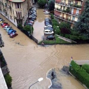 Maltempo, il Seveso torna ad allagare Milano. Guasto in centro, voragine di 12 metri