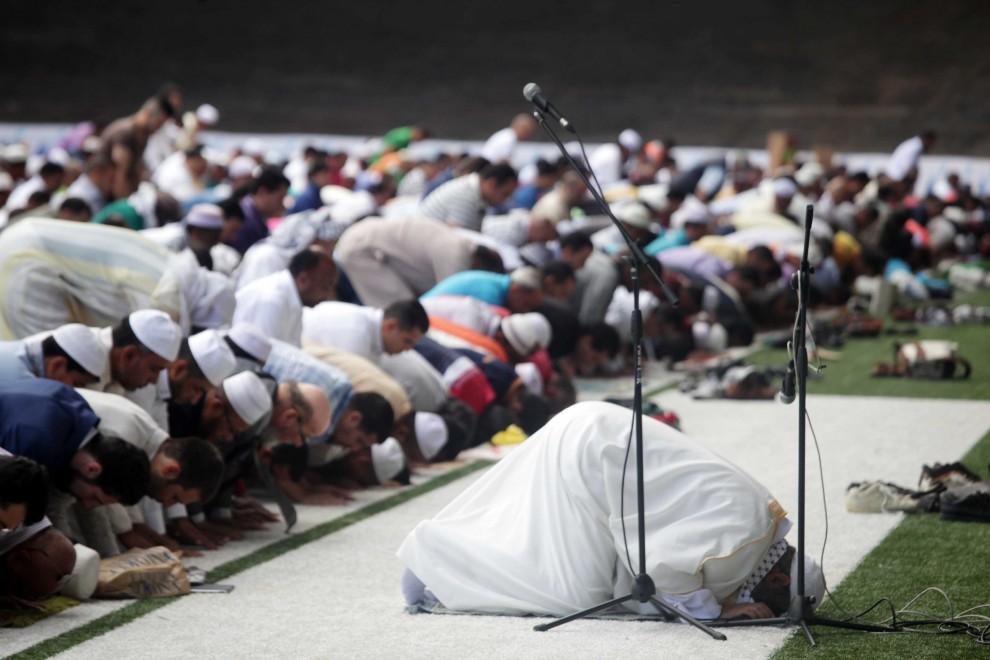 check out 97a0c 52e9a Milano, al Vigorelli la preghiera per la fine del Ramadan ...
