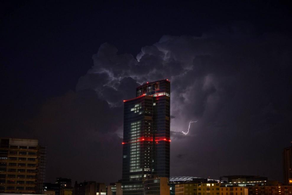 Milano, lo show dei fulmini dietro la Regione