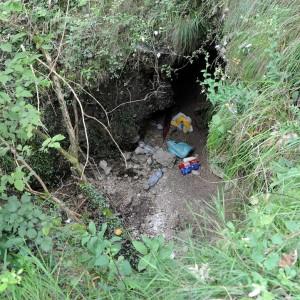 Lo davano per morto dal '67: invece viveva in una grotta. Il suo corpo ritrovato a Lecco