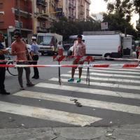 Serpente in strada a Milano, paura e traffico bloccato
