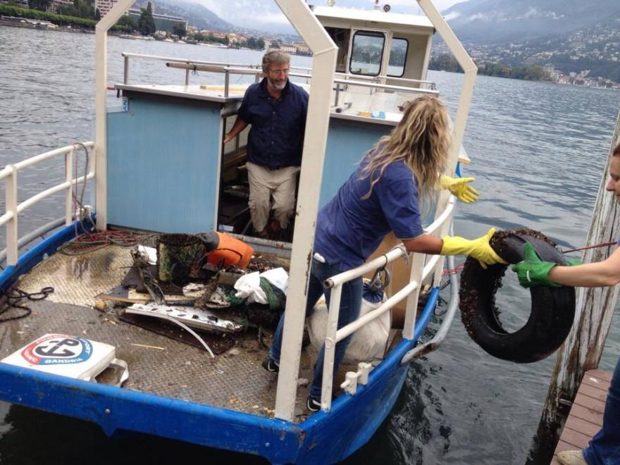 Cellulari mobili e lattine la discarica nel lago ceresio for Mobili lago milano
