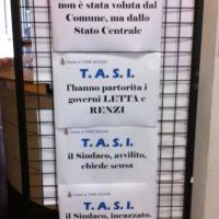 """Il cartello del sindaco: """"Scusate per la Tasi, è di Renzi"""""""