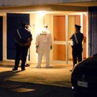 Brescia, uccisa in casa con venti coltellate: i carabinieri danno la caccia al marito