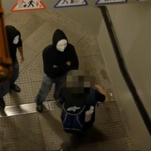 Milano, la gang in maschera bianca che terrorizza i passanti e posta i video ...
