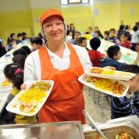 Milano, gli anziani soli e in difficoltà a pranzo nelle mense scolastiche con i bambini