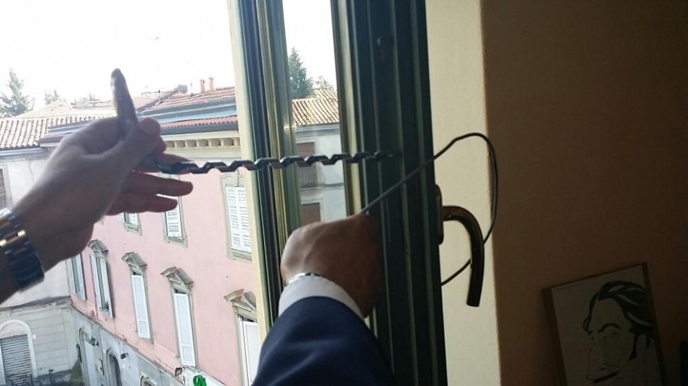 Furti in casa ecco il trucco della banda del forellino 1 di 9 milano - La casa con le finestre che ridono ...