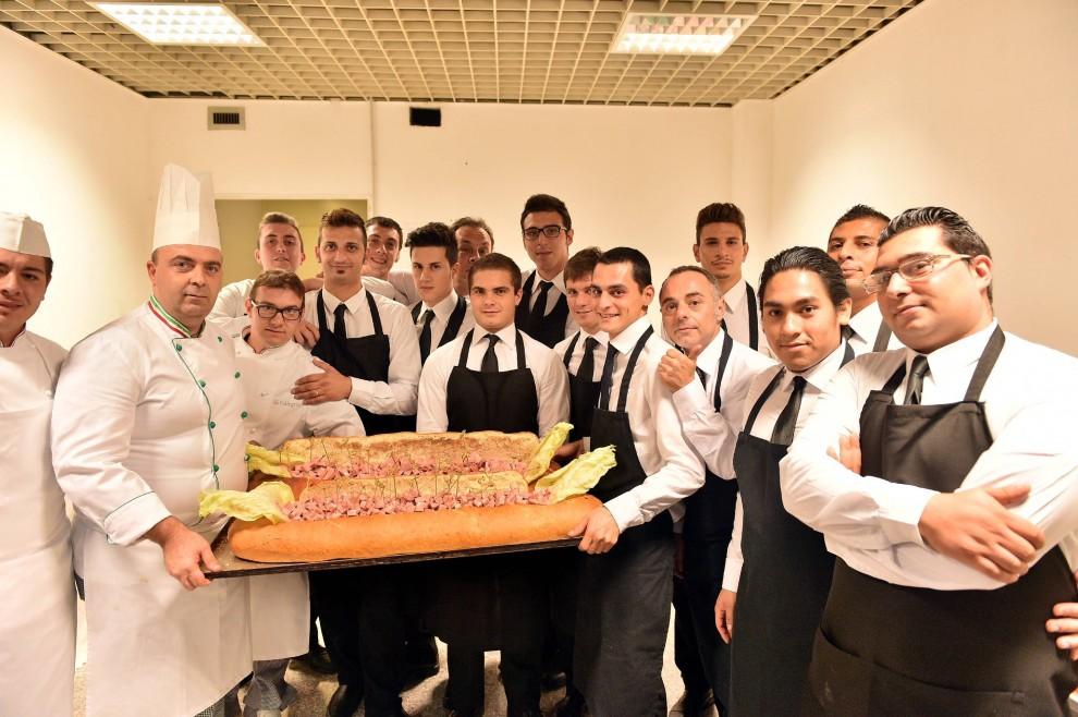 Resultado de imagen para A Milano ha aperto Ruben, il ristorante dove chi è in difficoltà può cenare con 1 euro