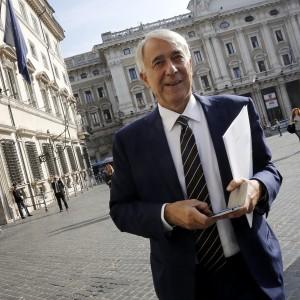 """Nozze gay, Pisapia sfida Alfano: """"Cominceremo a trascrivere i matrimoni celebrati all'estero"""""""