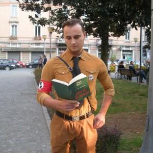 """Ironizzò vestito da nazista sulle 'sentinelle' anti gay. La Procura di Bergamo: """"Non c'è reato"""""""
