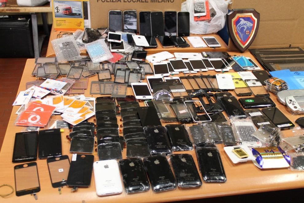 Milano cellulari taroccati sequestrati mille componenti for Cellulari 150 euro