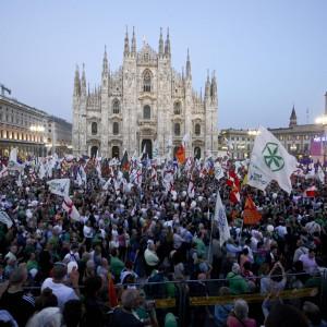 """Milano, Lega folla in piazza del Duomo. Salvini: """"Sospendiamo Schengen"""""""