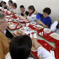 Milano, nonni con i bimbi alla mensa scolastica