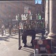 Video  Piazza Duomo l'artista di strada suona la 'Carmen' di Bizet con le bottiglie