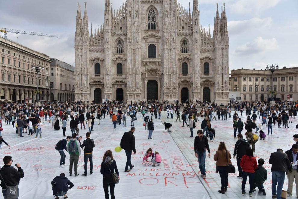 Milano, la maxi tela da dipingere contro la violenza