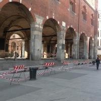 Milano, cadono frammenti dal Palazzo della Ragione