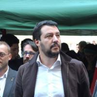 """Milano, Salvini vuole l'Esercito per le case popolari occupate: """"Fate i controlli porta a..."""