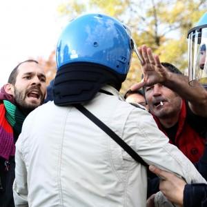 Brescia, fischi e contestazioni per Renzi. Scontri tra autonomi e forze di polizia: due feriti