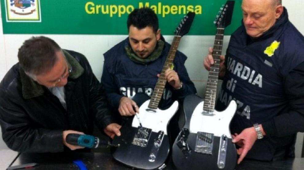 Chitarre, libri e sottaceti: così la droga vola a Malpensa