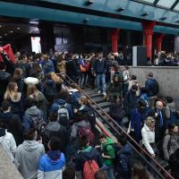 Milano, il caos a Cadorna per lo sciopero sociale